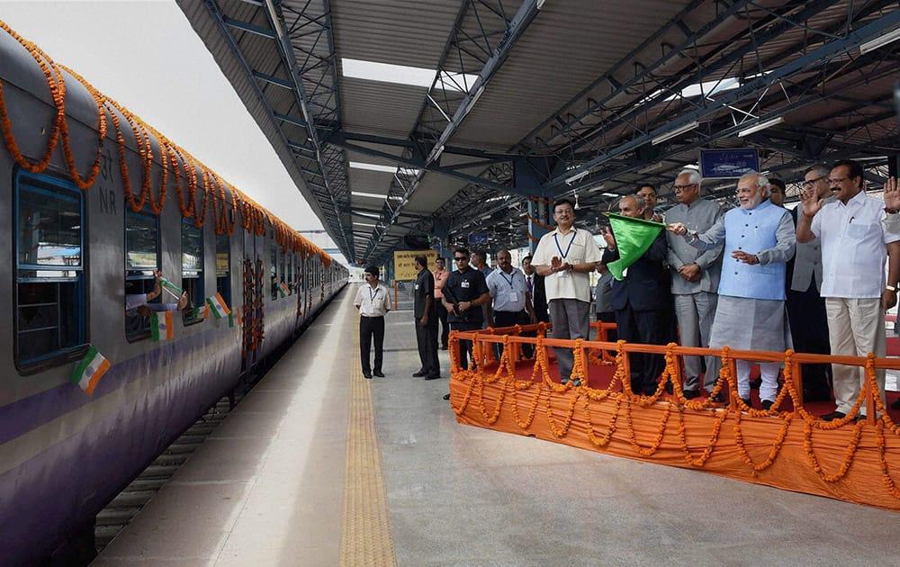 Prime Minister Narendra Modi with Railway Minister Sadananda Gowda, Governor of Jammu & Kashmir, N N Vohra, J&K CM Omar Abdullah flagging off the first train (Shri Shakti Express) to Udhampur, from Katra Railway Station.