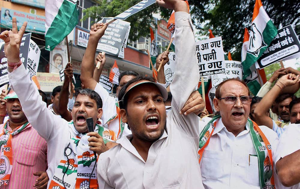 Former Congress MP Ramesh Kumar with party workers protest against the power and water crisis in Palam Colony, New Delhi.