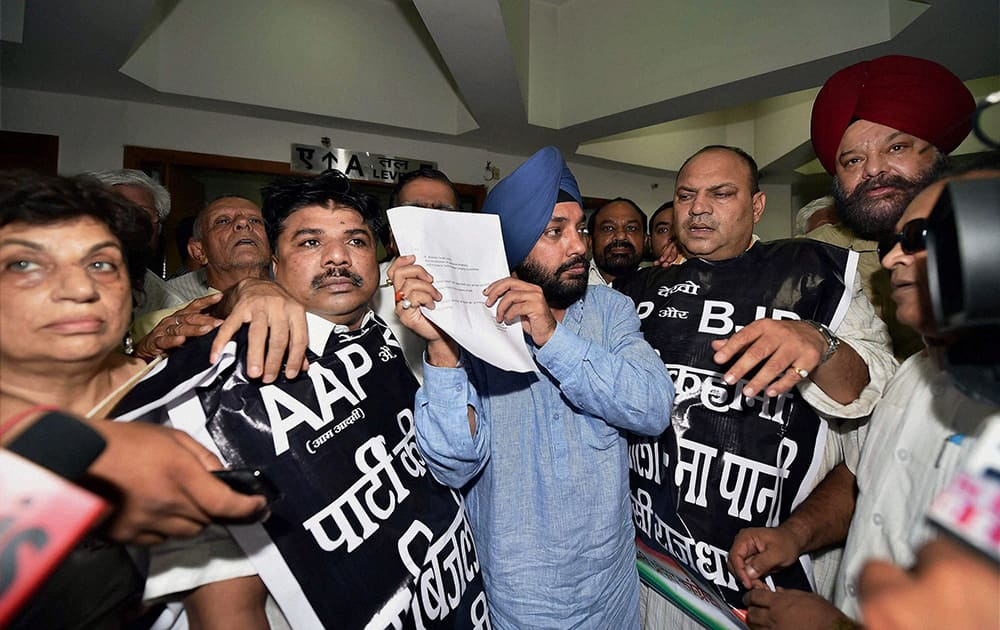 DPCC President Arvinder Singh Lovely along with party workers showing a letter to the media regarding the assurance given by Delhi Chief Secreatary on the problem of electricity, after a protest by them over the issue at Delhi Secretariat in New Delhi.