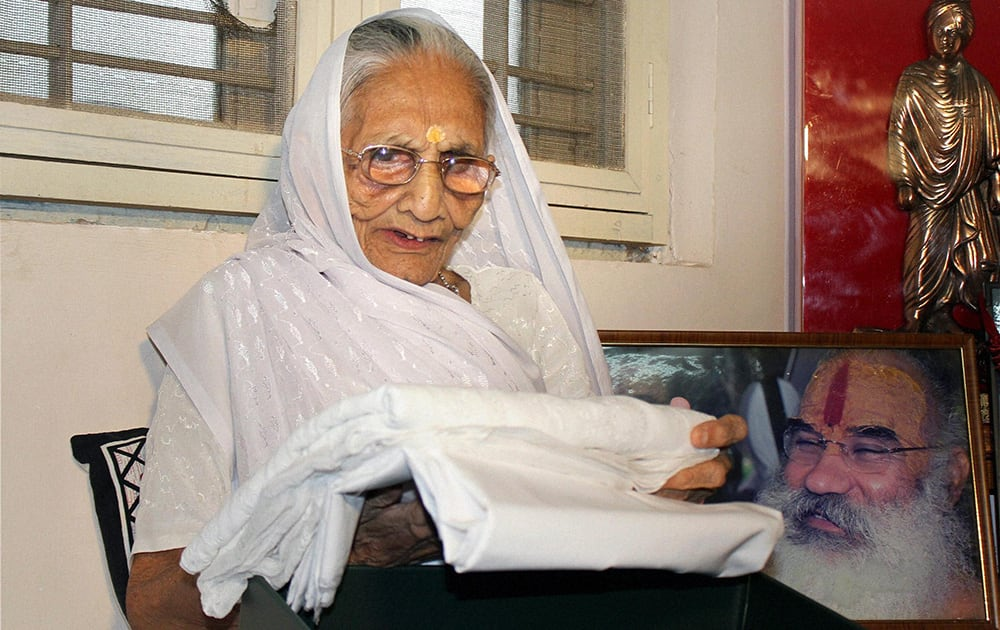 Prime Minister Narendra Modi`s mother Hiraba looking at the saree sent by Pak PM.