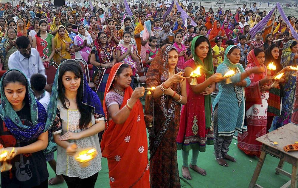 Women performing Ganga Aarti.