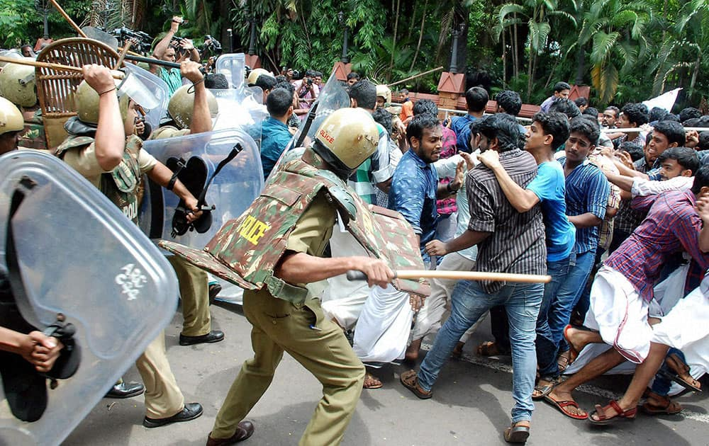 Police lathi charge SFI workers who were protesting over various issues in Kozhikode.