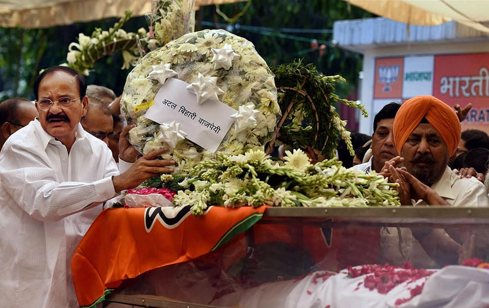 Union Minister M Venkaiah Naidu, on behalf of BJP veteran Atal Bihari Vajpayee, laying a wreath at the mortal remains of Union minister Gopinath Munde at the BJP headquarters in New Delhi on Tuesday. Munde died on Tuesday morning in a road accident in New Delhi.