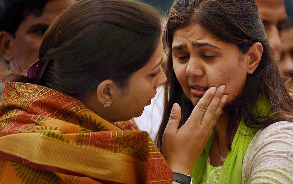 HRD Minister Smriti Irani consoles the daughter of Union minister Gopinath Munde after paying respect to his mortal remains at the BJP headquarters in New Delhi on Tuesday. Munde died on Tuesday morning in a road accident in New Delhi.