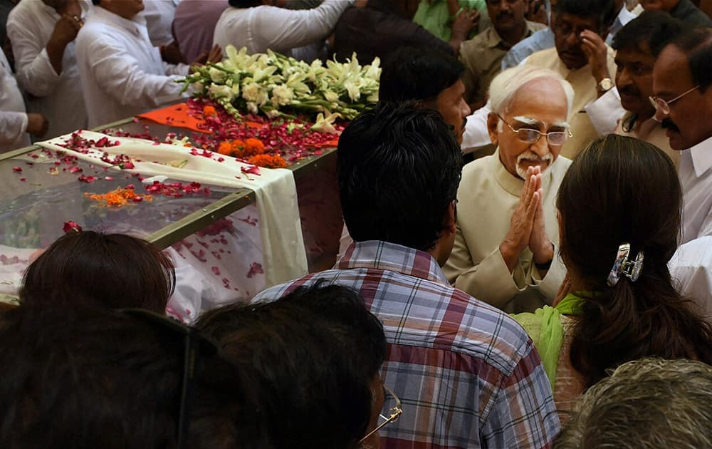 Vice President Hamid Ansari while paying his last respect to the mortal remains of Union minister Gopinath Munde at the BJP headquarters in New Delhi on Tuesday. Munde died on Tuesday morning in a road accident in New Delhi.