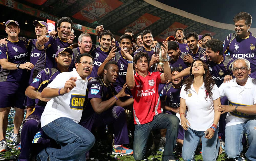 Kolkata Knight Riders` Co Owner Shahrukh Khan with players and trophy after his team won the IPL 7 Final match against Kings XI Punjab in Bengaluru.