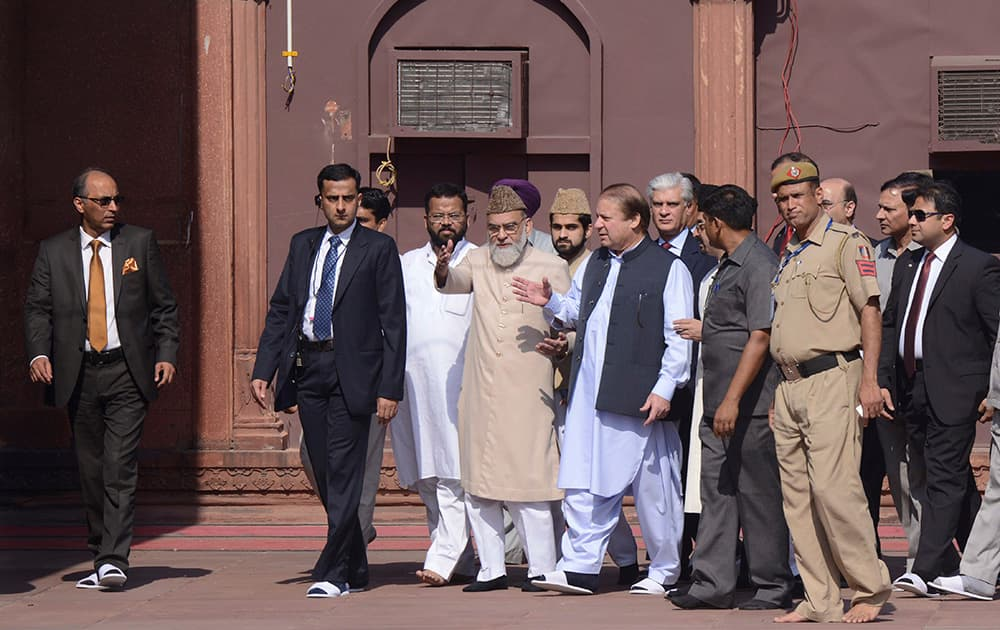 Pakistani Prime Minister Nawaz Sharif visits the Jama Mosque in New Delhi.