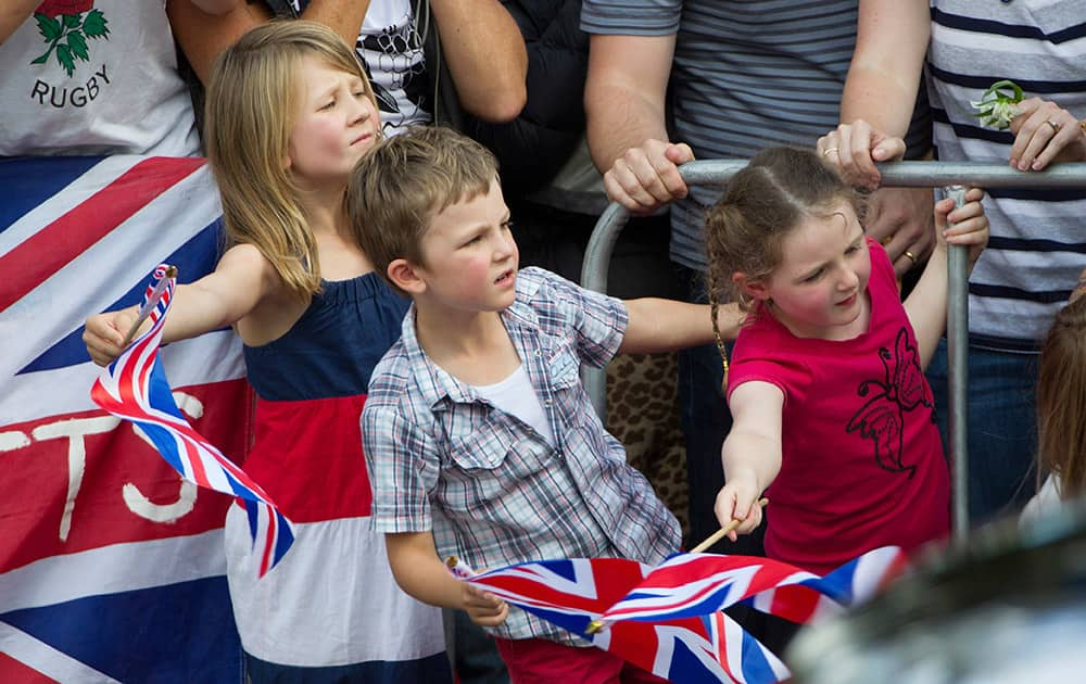 Young members of the public strain to see the Duke and Duchess of Cambridge on their visit to Cambridge to place two roses on the War Memorial in New Zealand.