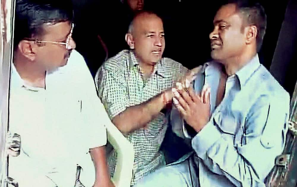 Arvind Kejriwal along with Manish Sisodia, meets the auto-rickshaw driver Lali who slapped him while he was campaigning.
