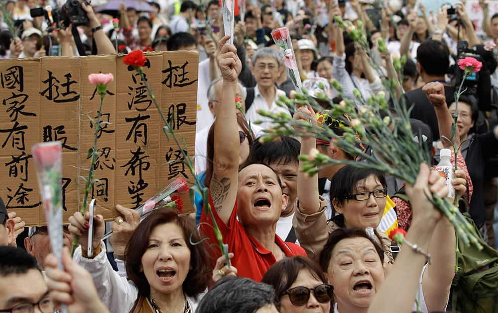 Demonstrators with a sign that reads `supporting the trade pact with China is good for Taiwan`s future` rally to ask the opposing students occupying the legislature to retreat and return the government building to its normal working schedule in Taipei, Taiwan.