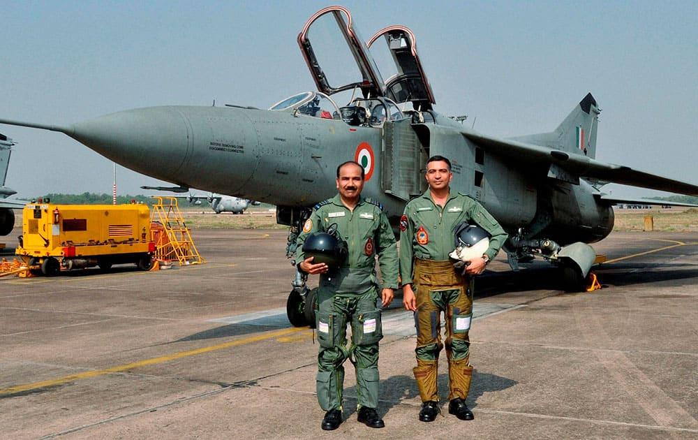 Chief of the Air Staff, Air Chief Marshal Arup Raha (L) after a sortie with MiG 27 aircraft at Kalaikunda airbase near Kharagpur.