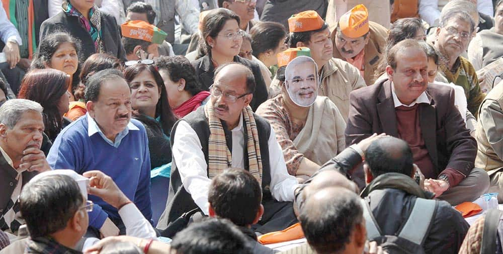 Delhi BJP President Vijay Goel along with Harsh Vardhan and other party workers protesting against Aam Admi Party at Jantar Mantar in New Delhi.