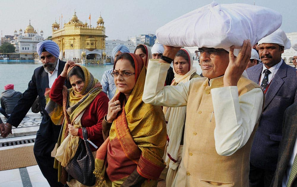 Madhya Pradesh Chief Minister Shivraj Singh Chouhan along with his wife paying obeisance at Golden temple in Amritsar.