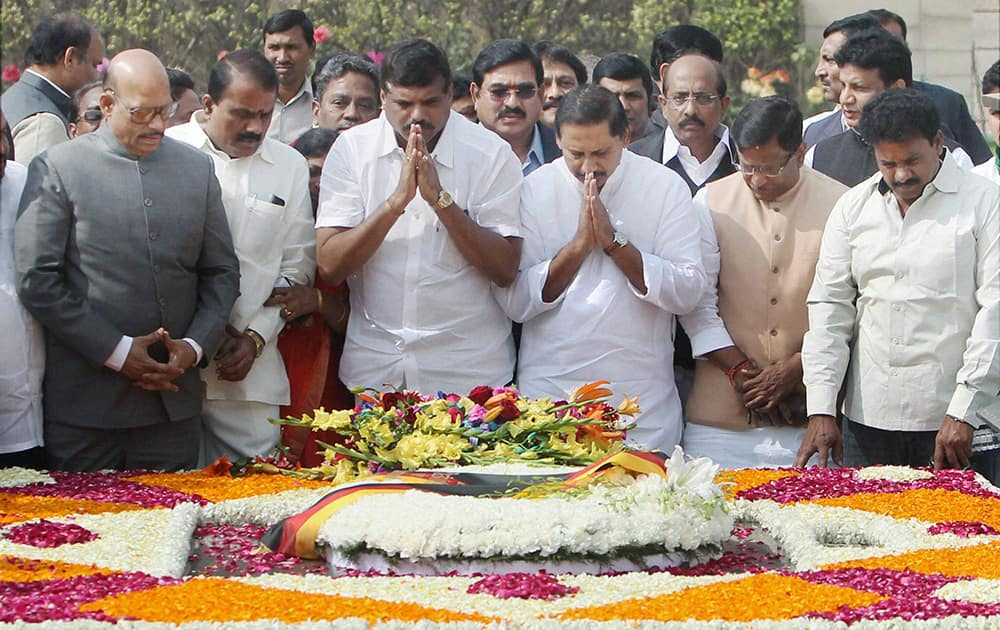 Andhra Pradesh Chief Minister N. Kiran Kumar Reddy along with state ministers pays homage to Mahatma Gandhi at Rajghat in New Delhi.