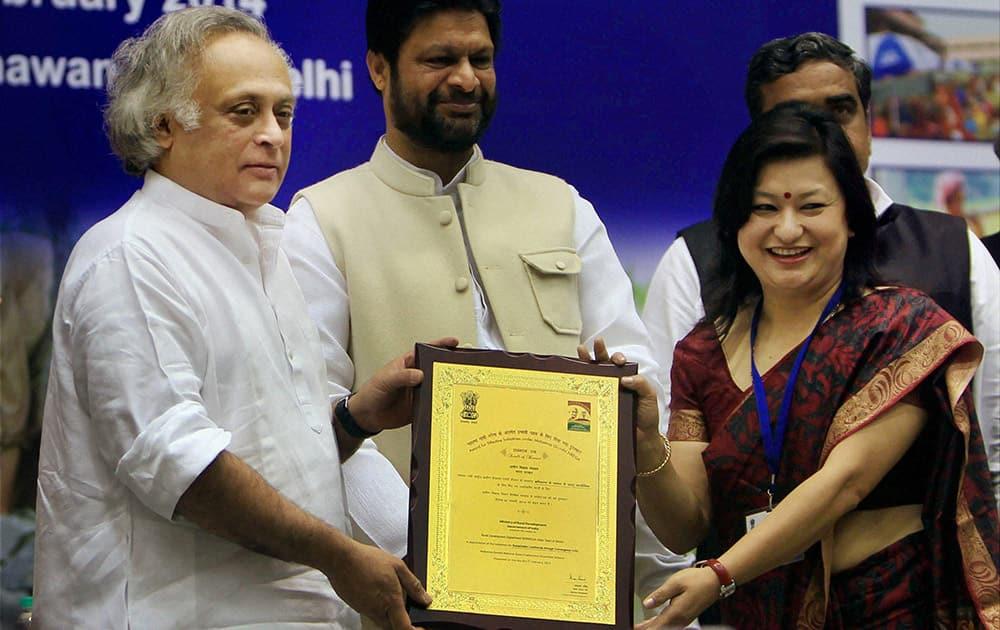 Union Rural Development minister Jairam Ramesh present the award during a Sammelan on the occasion of 9th Mahatma Gandhi NREGA Divas in New Delhi on Sunday. Minister of State Pradeep Kumar Jain 'Aditya' is also seen.