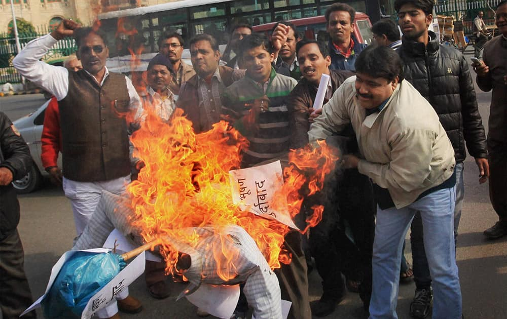 BJP activists burning an effigy of AAP leader Prashant Bhushan in front of Vidhan Bhawan in Lucknow.