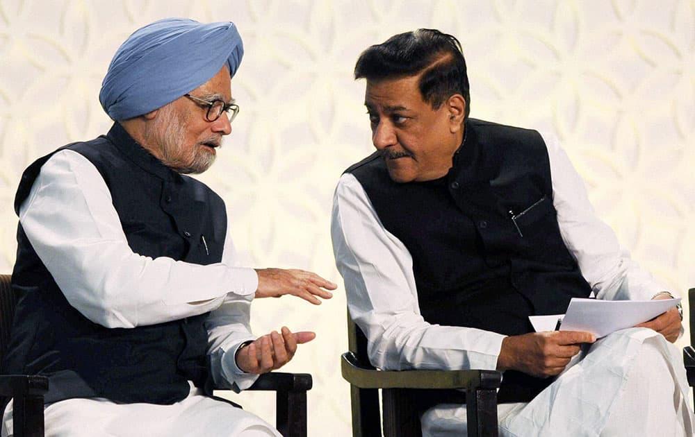 Prime Minister Manmohan Singh with Maharashtra CM Prithviraj Chavan during the inauguration of Chatrapati Shivaji International Airport`s Terminal 2 in Mumbai.