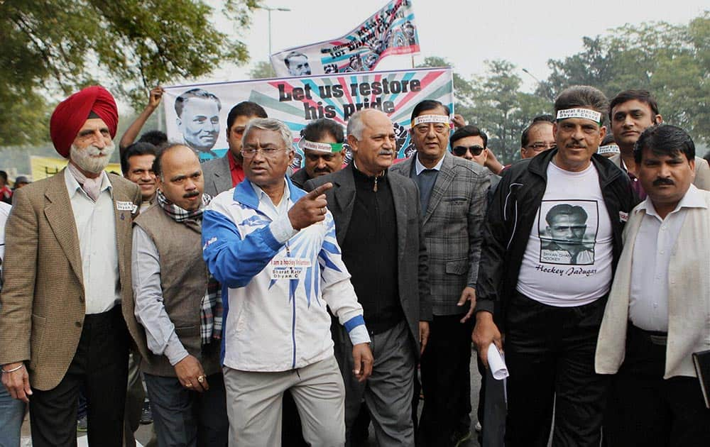 Olympian Ashok Kumar and Former India captain Zafar Iqbal along with supporters of Hockey Citizen Group protests demanding for honouring hockey legend Dhyan Chand with Bharat Ratna.