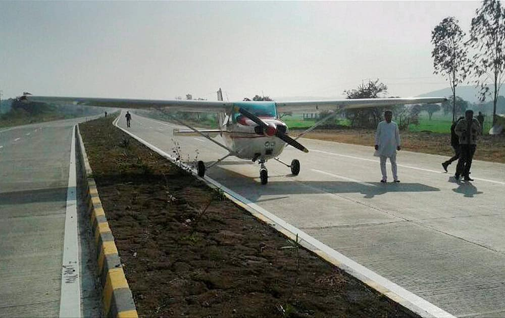 A four-seater private plane made an emergency landing on a busy highway at Betul, Madhya Pradesh.