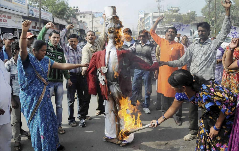 Survivors of the Bhopal Gas Disaster burning an effigy of former Union Carbide Chairman Waren Anderson on the eve of 29th anniversary of the tragedy in Bhopal.