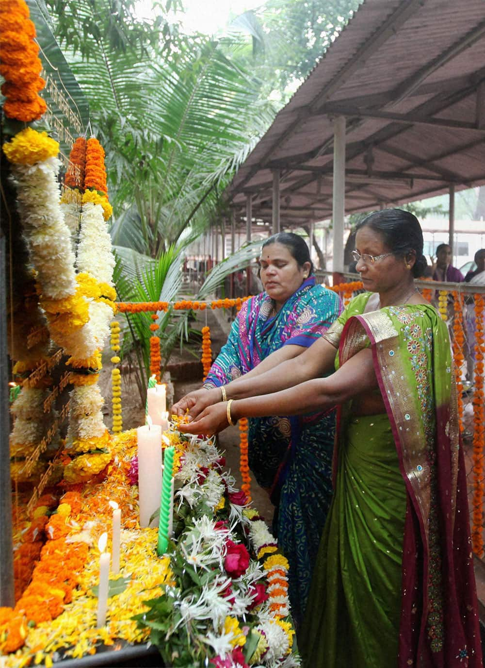 Baban Ughade`s wife Sushila Ughade and Bhanu Narkar`s wife Sunanda paying homage to the martyrs and victims of 26/11 terror attacks at a memorial at Cama and Albless Hospital in Mumbai on Tuesday on the occasion of fifth anniversary of the gruesome incident.