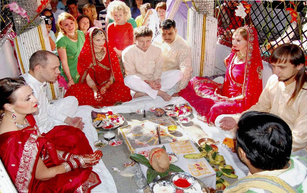 Couples from Saint Peterserburg tying knot according to Hindu rituals, in Haridwar.