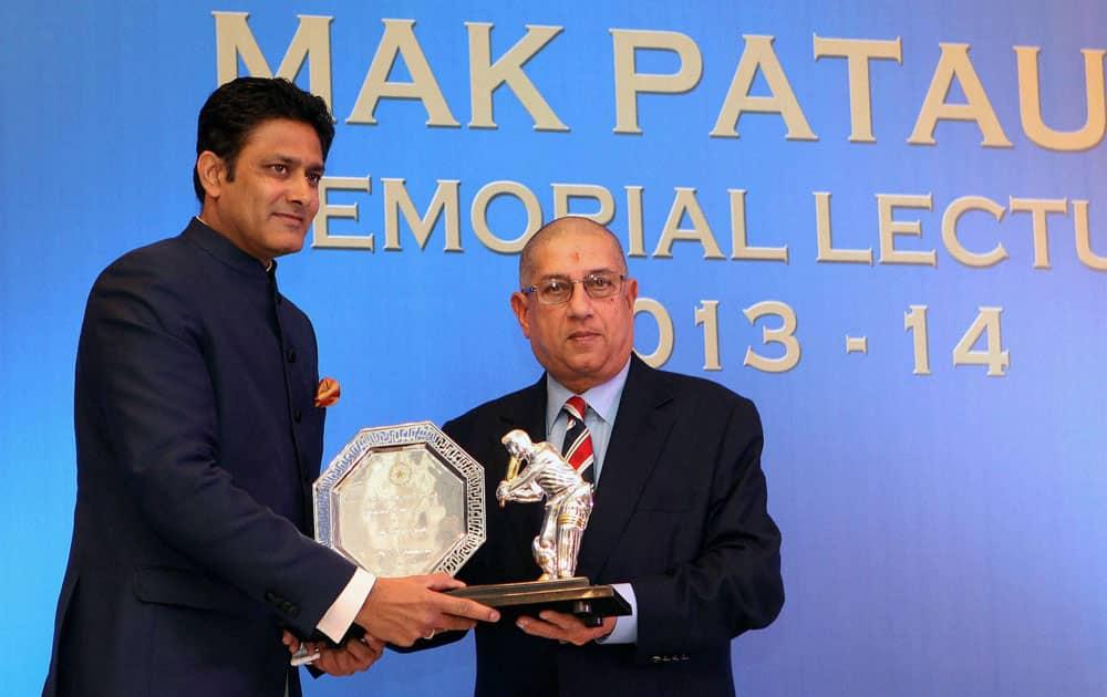 BCCI President N Srinivasan presents a memento to former cricketer Anil Kumble during the 2nd Mansoor Ali Khan Pataudi Memorial Lecture in Mumbai .