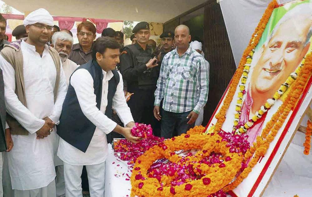 UP Chief minister Akhilesh Yadav paying tribute to late Raja Ram Pandey during during his Therhi Bhoj in Pratapgarh.