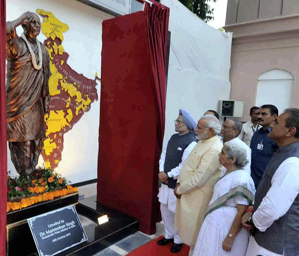 Prime Minister Manmohan Singh, Gujarat Governor Kamala Beniwal, Gujarat Chief Minister Narendra Modi and Dinsha Patel unavailing statue of Sardar Vallabhbhai Patel at the renovated Sardar Vallabhbhai Patel museum in Ahmedabad.