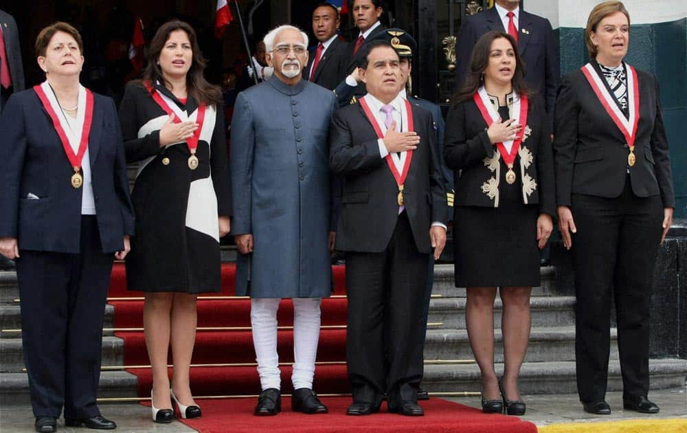 Vice President Hamid Ansari with President of Congress Freddy Otarola (third from right) and Vice President of Peru Marisol Espinoza (second From right) during a Welcome ceremony at Parliament in Lima, Peru.