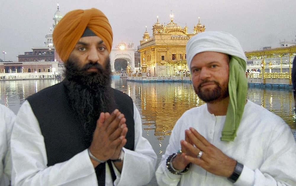 Pakistan's first Sikh MP Ramesh Singh Arora along with sufi Singer Hans Raj Hans at the Golden Temple Amritsar.