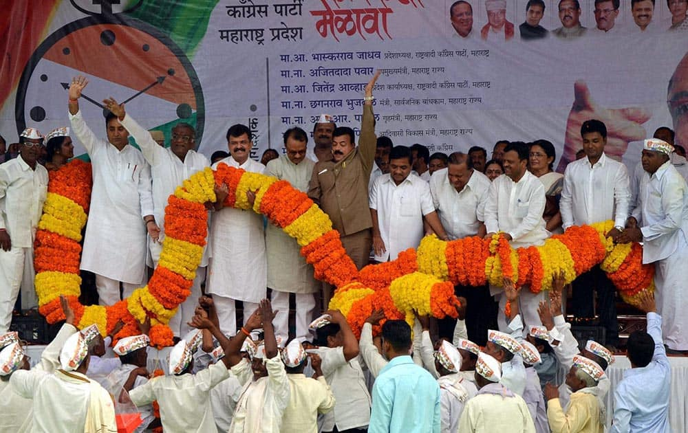 Deputy Chief Minister of Maharashtra, Ajit Pawar, State Home Minister R R Patil, and other dignitaries garlanded by a huge nine quintal garland which involved the work of 12 persons over 14 hours to weave it. 20 NCP workers lift the grand to felicitate NCP leadership. in Shegaon.