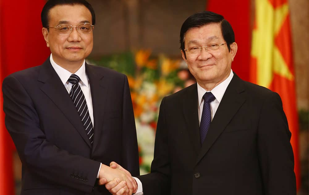 Chinese Premier Li Keqiang, left, shakes hands with Vietnamese President Truong Tan Sang at the Presidential Palace in Hanoi, Vietnam.
