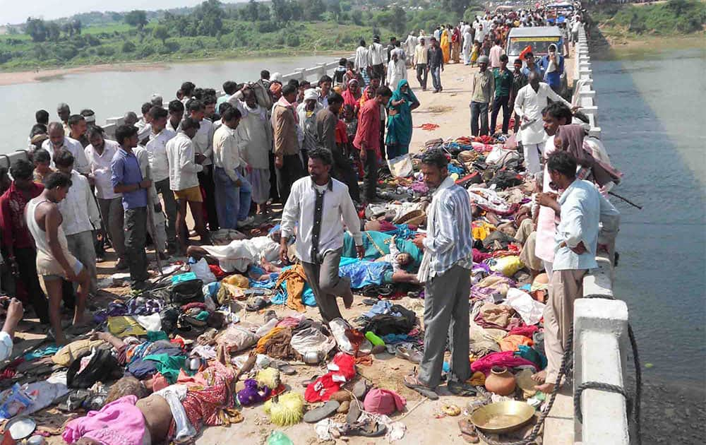 The bodies of victims of a stampede lie on a bridge across the Sindh River in Datia district in Madhya Pradesh state.