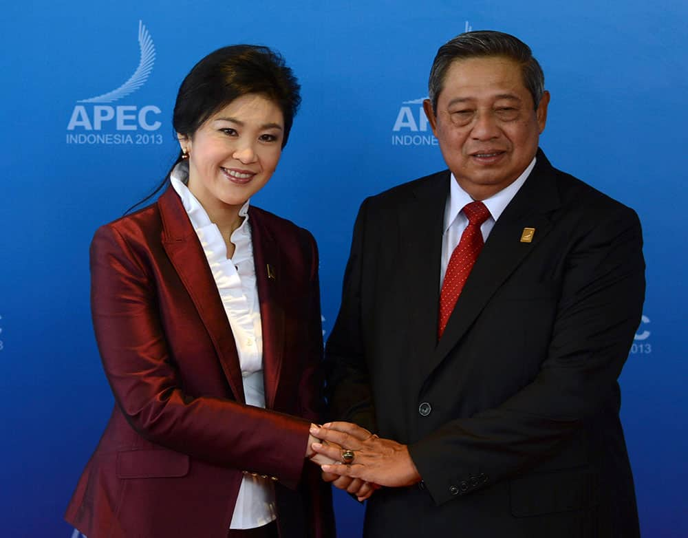 Thai PM Yingluck Shinawatra poses with Indonesian President Susilo Bambang Yudhoyono for photographers upon arrival for the APEC Business Advisory Council dialogue with leaders of the Asia-Pacific Economic Cooperation forum in Bali.