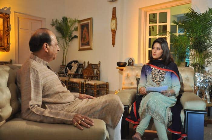Anchor Mimansa Malik deliberating with Dinesh Trivedi at Zara Hatke.