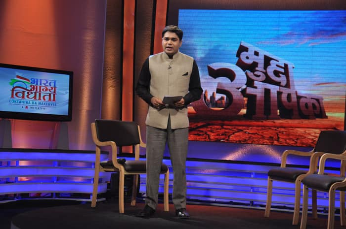 Anchor Amish Devgan introduces the theme `Society in decay` on the show Mudda Aapka.