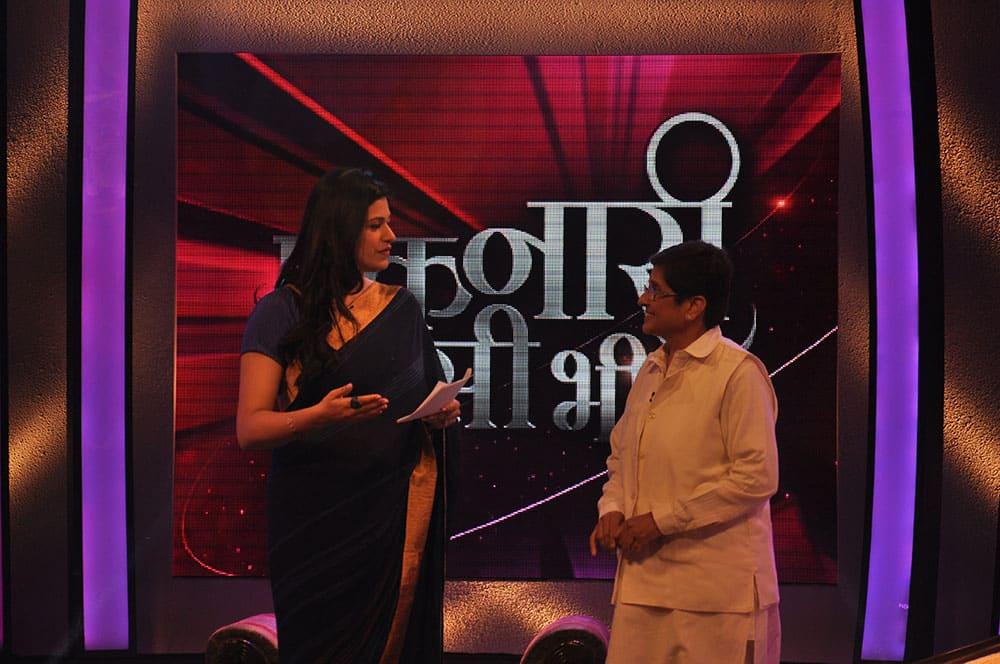 Anchor Divya Jaitly and retired IPS officer Kiran Bedi on the show `Ek Nari Aisi Bhi`.