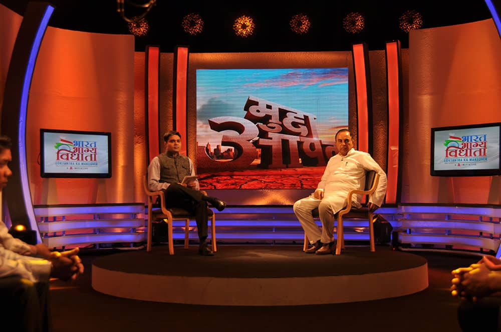 Anchor Amish Devgan and Subramanian Swamy, ex president of Janta Party, taking up the issue of corruption on the show `Mudda Apka`.
