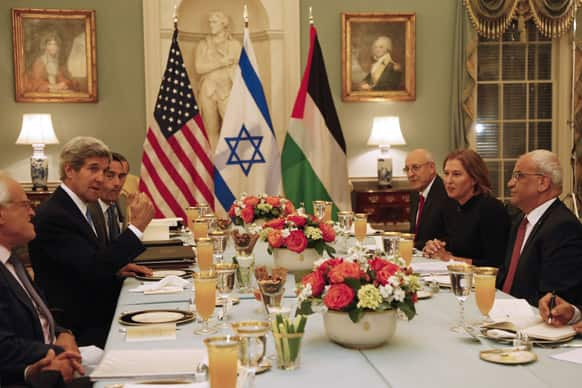 John Kerry, is seated with Israel`s Justice Minister and chief negotiator Tzipi Livni, Palestinian chief negotiator Saeb Erekat and Yitzhak Molcho, an adviser to Israeli PM Benjamin Netanyahu, at an Iftar dinner, which celebrates Ramadan, at the State Department in Washington.