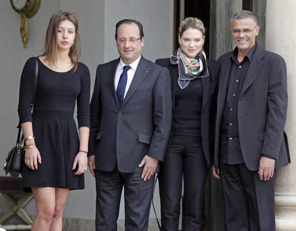 French President Francois Hollande, center left, poses for photographers with Tunisian film director Abdellatif Kechiche, right, and French actresses Adele Exarchopoulos, left, and Lea Seydoux prior to a lunch at the Elysee Palace, in Paris.