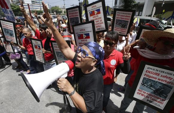 Protesters picket Taiwan`s Taipei Economic and Cultural Office at the financial district of Makati city, east of Manila, Philippines, urging both governments to show restraint in the current diplomatic row following the killing of a Taiwanese fisherman by the Philippine Coast Guard.
