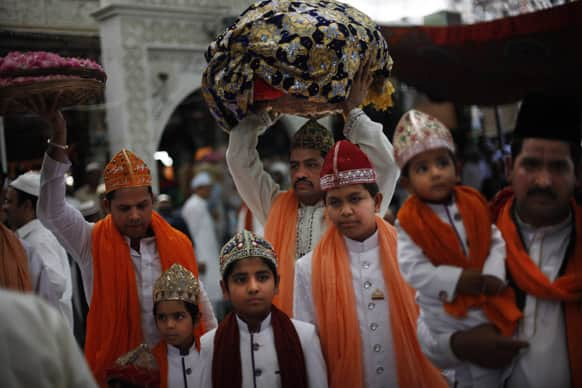Muslim devotees arrive to pray at the shrine of Sufi saint Khwaja Moinuddin Chishti during the Urs festival, in Ajmer.