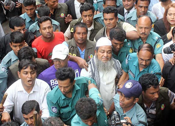 Bangladesh's hardline Islamic group Hifazat-e-Islam Secretary General Junaid Babu Nagari is surrounded by security personnel as he is brought to court in Dhaka, Bangladesh.