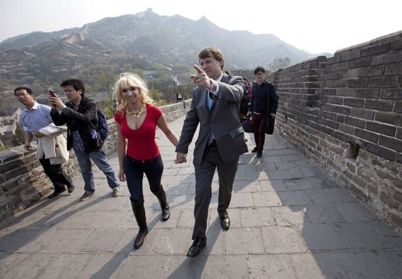 Christopher Cox, grandson of former US President Richard Nixon and his wife Andrea Catsimatidis tour the Great Wall of China at Badaling, north of Beijing. A delegation led by Cox is here to commemorate Nixon`s centennial by retracing his 1972 historical visit to China.