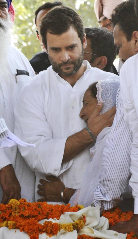 Congress party leader Rahul Gandhi consoles Dalbir Kaur near the body of her brother Sarabjit Singh at Bhikhiwind.