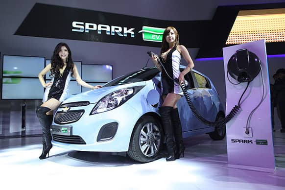 South Korean models pose with a Chevrolet