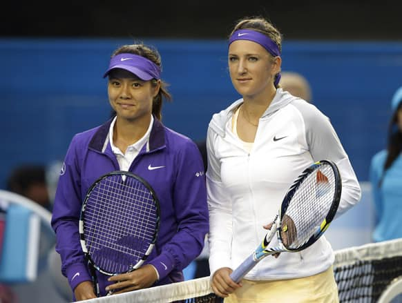 China`s Li Na and Victoria Azarenka of Belarus pose for photographers prior to the start the women`s final at the Australian Open tennis championship in Melbourne.