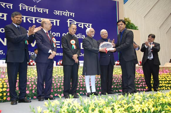 Mr Rohit Kumar, Marketing Head, Zee News receiving the national award from the Hon'ble Vice President of India, Mr. Mohammad Hamid Ansari, for the AVAT campaign.