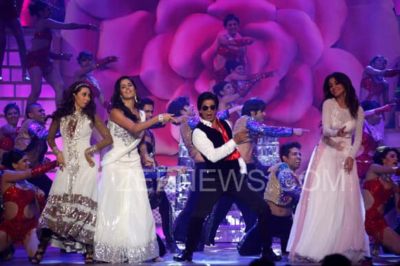 Karisma Kapoor, Katrina Kaif and Anushka Sharma shake a leg with Shah Rukh Khan. The four offered a musical tribute to the late Yash Chopra, at the end of which King Khan informed Sridevi that she was the veteran filmmaker's favourite actress!